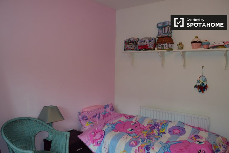 Single Bed in Fully furnished room to rent in 3-bedroom house in Donaghmede