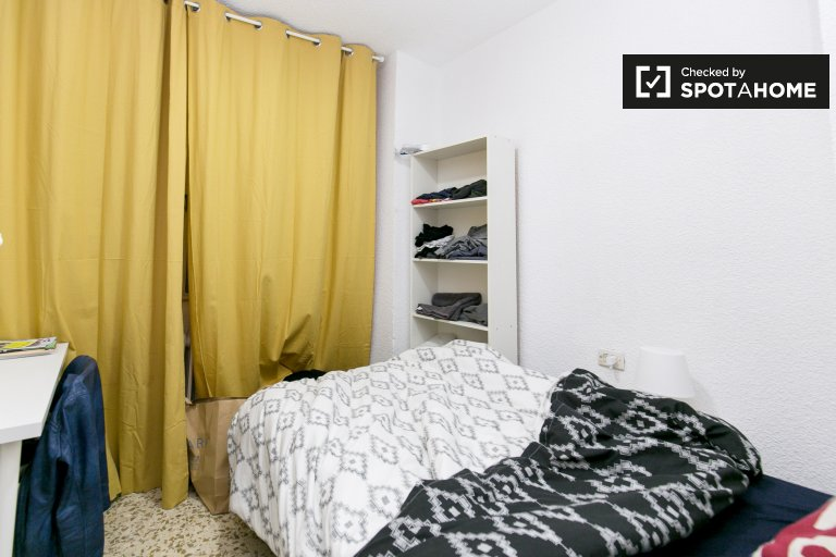 Interior room in 5-bedroom apartment in Centro, Granada