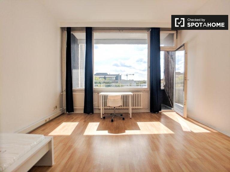 Room to rent in bright 3-bedroom apartment in west Berlin
