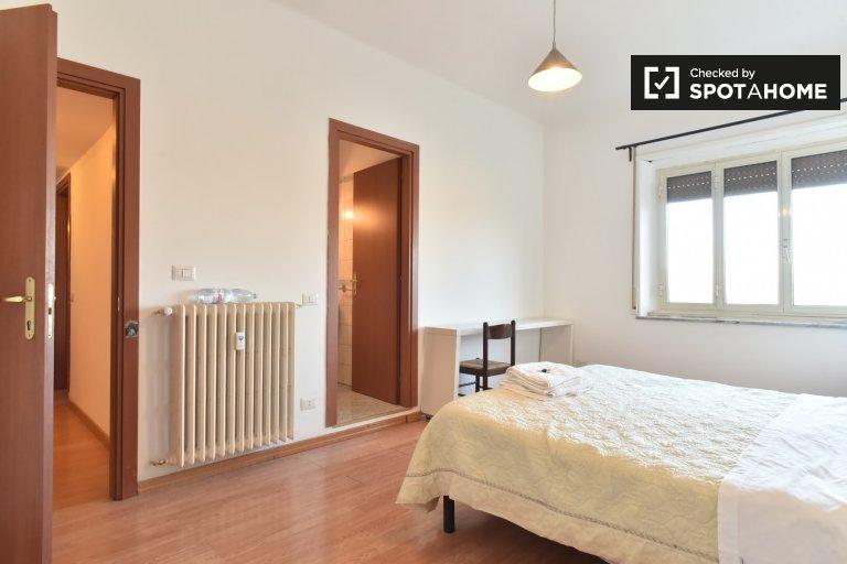 Luminosa camera in appartamento con 3 camere da letto a Pigneto, Roma
