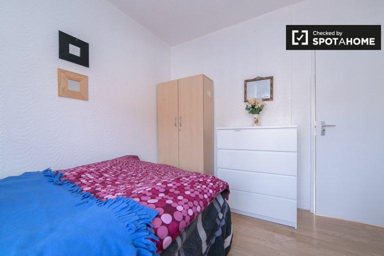 Duży pokój w 4-pokojowym mieszkaniu w Tower Hamlets w Londynie