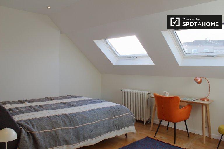 Salle lumineuse dans une résidence de 8 chambres dans le quartier européen