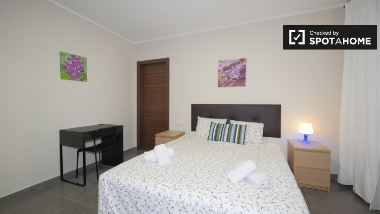 Great room to rent in 3-bedroom apartment in El Raval
