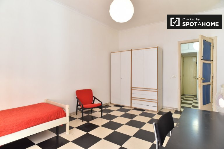 Single Bed in Rooms for rent in 3-bedroom apartment with balcony in Flaminio