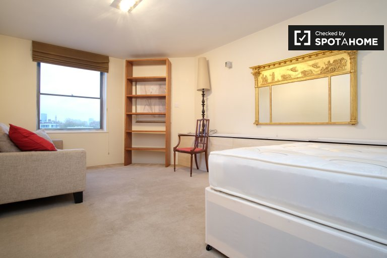Double Bed in Rooms to rent in furnished 5-bedroom apartment in Lambeth