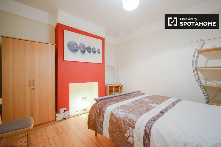 Umeblowany pokój w 5-pokojowym mieszkaniu w Lewisham w Londynie