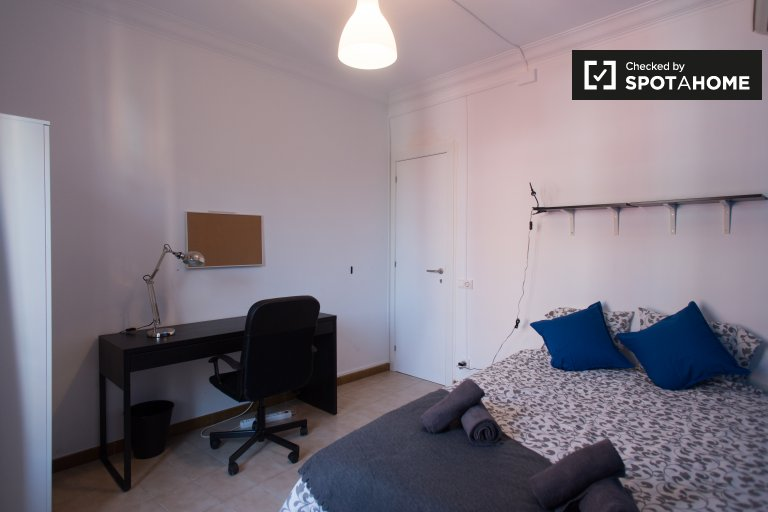 Huge room in 4-bedroom apartment in Poble Sec, Barcelona