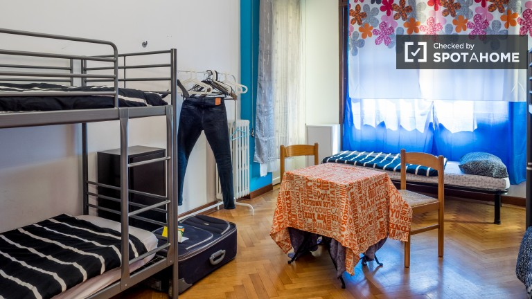 Furnished room in 5-bedroom apartment in Buenos Aires, Milan