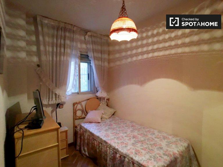 Schludny pokój do wynajęcia w 2-pokojowym mieszkaniu w Fuencarral
