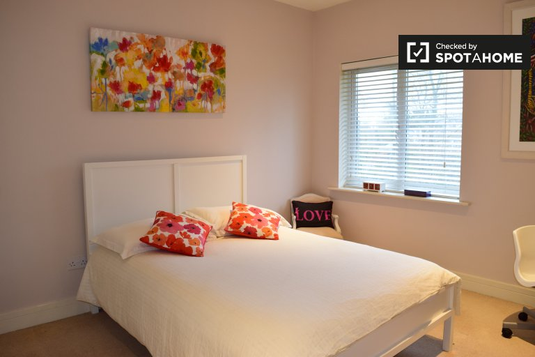 Double Bed in Rooms to rent in bright 3-bedroom flat near city park in Malahide