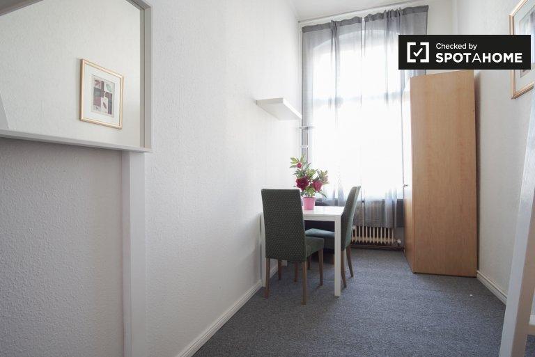 Quarto espaçoso em apartamento de 5 quartos em Mitte, Berlim