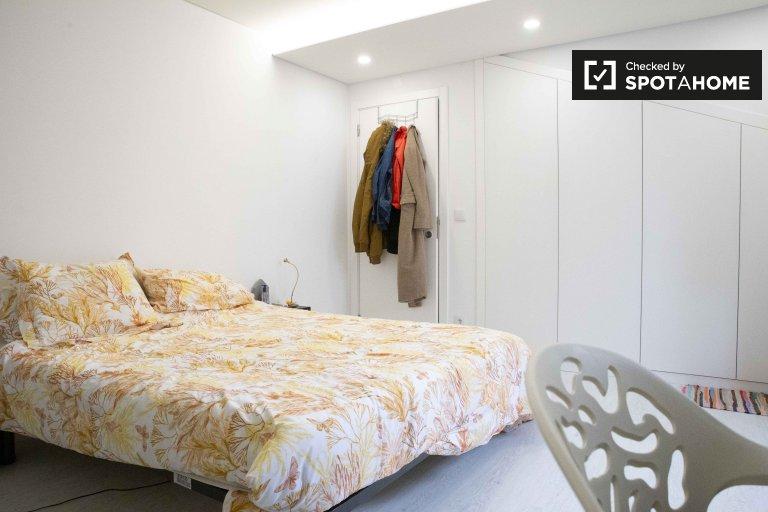Room for rent in 2-bedroom apartment in Queluz, Lisbon