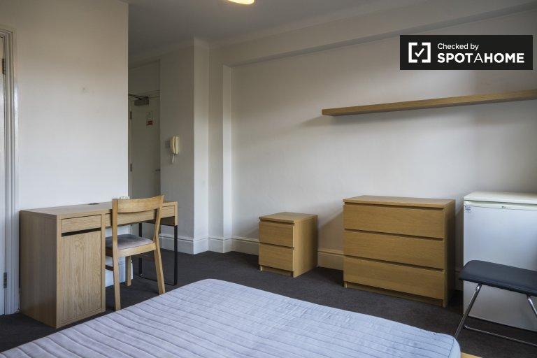 Pokój do wynajęcia 6-pokojowe mieszkanie Rezydencja Kilburn, Londyn