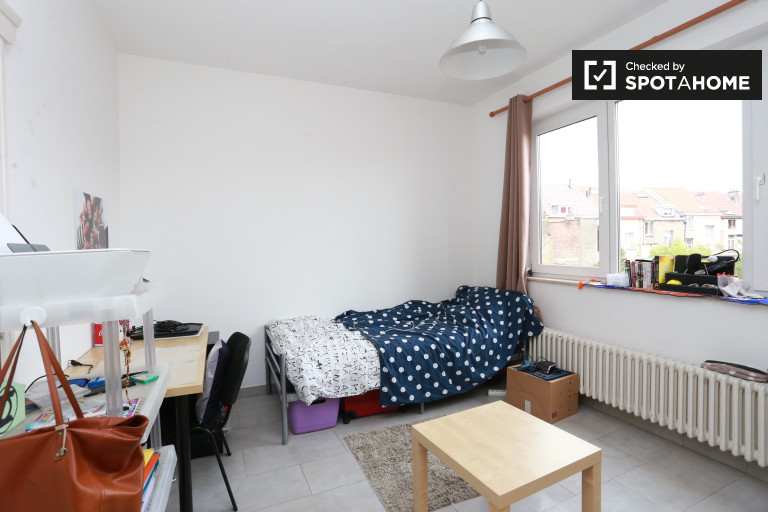 Habitación íntima en un apartamento de 7 dormitorios en Jette, Bruselas