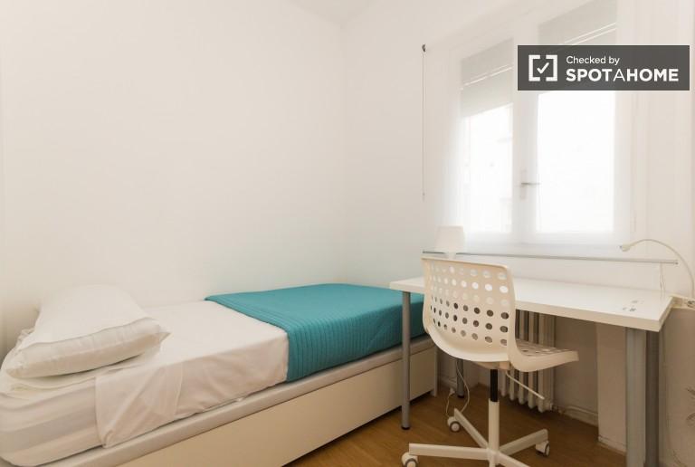 Ample room in shared apartment in Nueva España, Madrid