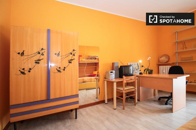 Ronchetto Sul Naviglio'daki dairelerde geniş oda, Milano