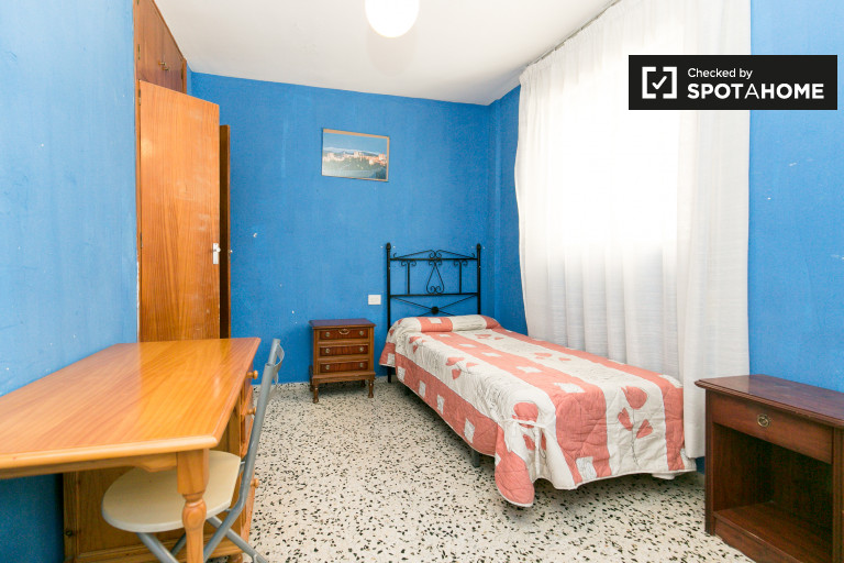 Single Bed in Bright rooms for rent in 3-bedroom apartment in Albaicín