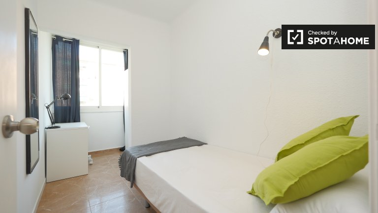 Furnished room in 6-bedroom apartment in Poblenou, Barcelona