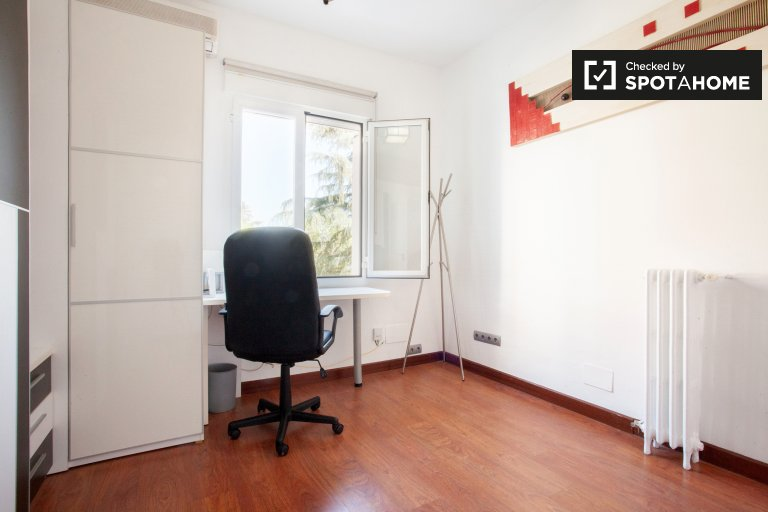 Bright room for rent in 3-bedroom apartment, Chamartín