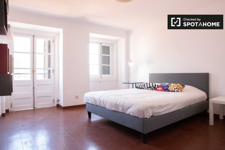 Rooms for rent in 2-bedroom apartment in Santo António