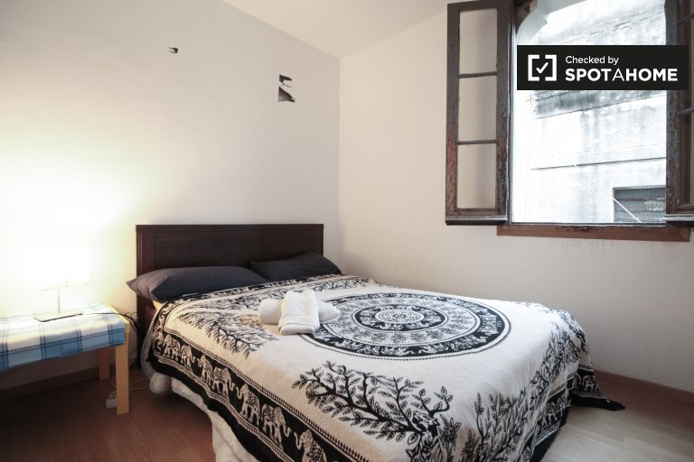 Comfortable room in 4-bedroom apartment in El Raval