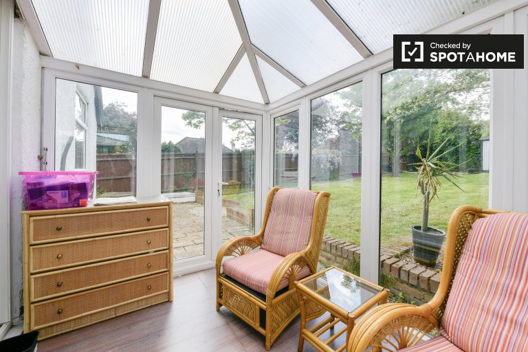 Sun-filled 3-bedroom house to rent in Surbiton, London