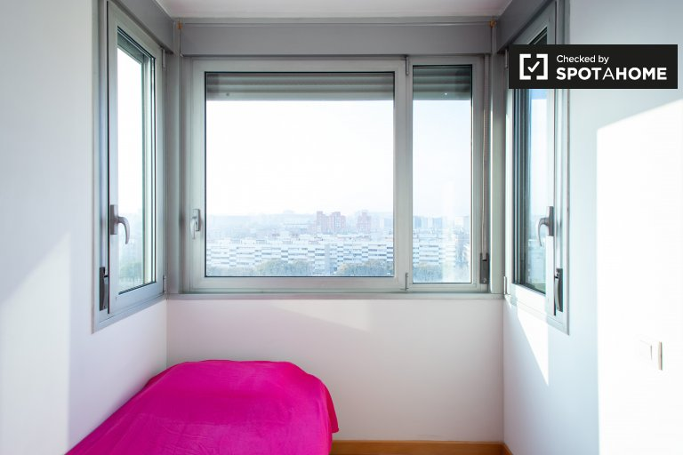 Bright room for rent in 3-bedroom apartment in Badalona