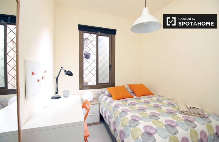Inviting room in shared apartment in Eixample, Barcelona