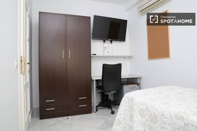 Single Bed in Fantastic female student rooms in a spacious apartment with two kitchens and two living rooms in Seville