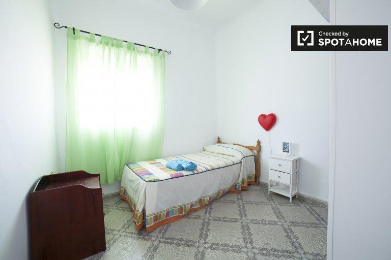 Single Bed in Rooms for rent in 3-bedroom apartment in Alfalfa