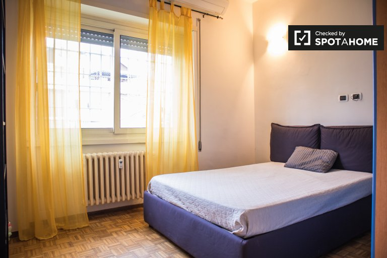 Jasny pokój w apartamencie z 3 sypialniami w Tufello w Rzymie