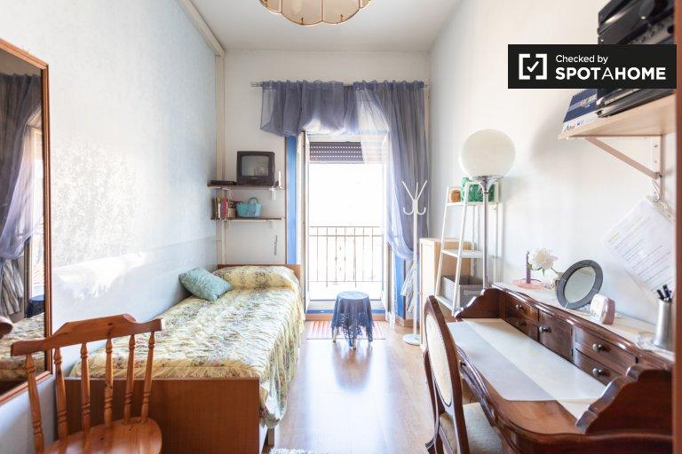 Prati, Roma'da 3 yatak odalı dairede güneşli oda