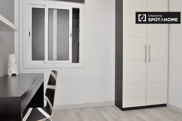 Comfortable room in 3-bedroom apartment in La Teixonera