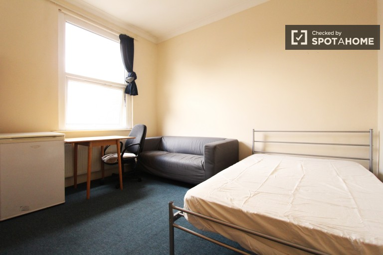 Bedroom 4 with double bed, coupled allowed