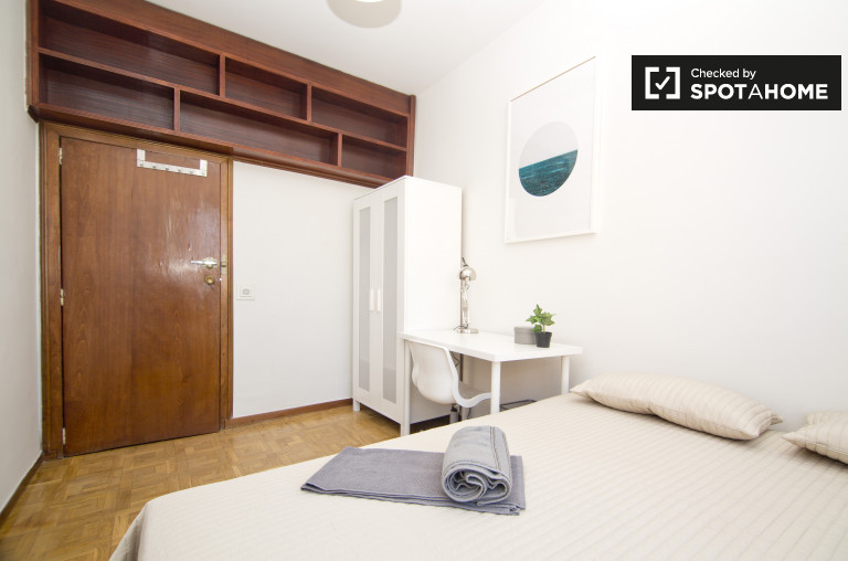 Double Bed in Exterior rooms for rent in 6-bedroom apartment in Tetuán