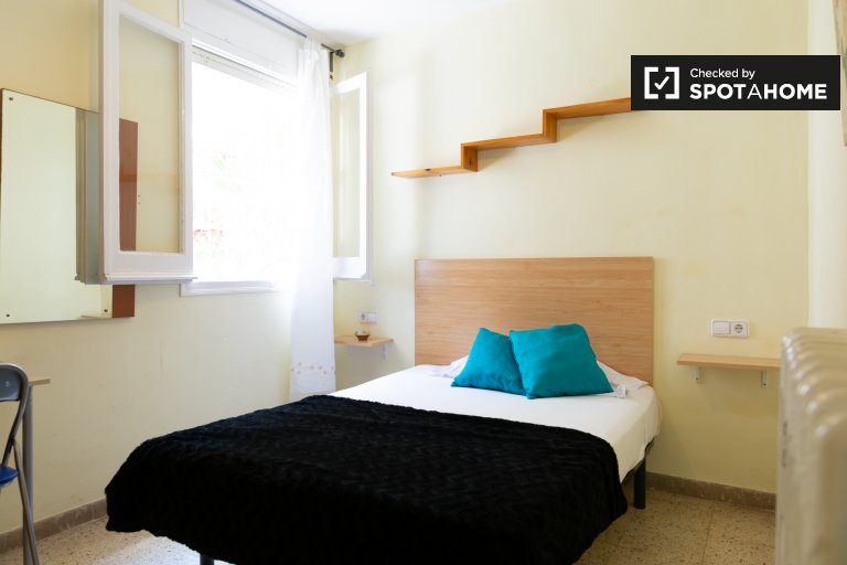 Room for rent in 9-bedroom house in Gràcia, Barcelona