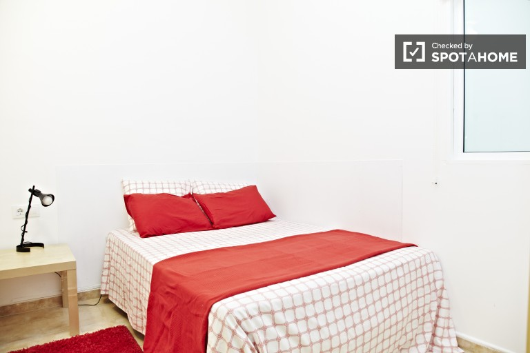 Excellent room in 4-bedroom apartment in El Clot, Barcelona