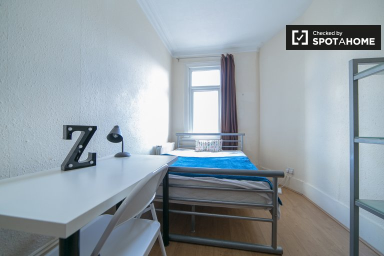 Double Bed in Rooms for rent in bright 6-bedroom house with central heating in Ducketts Green