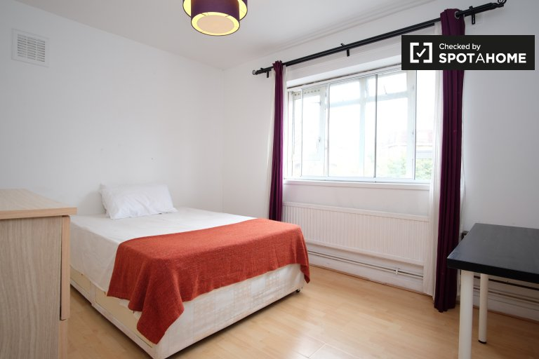 Double Bed in Rooms to rent in a 4-bedroom apartment with central heating in Westferry