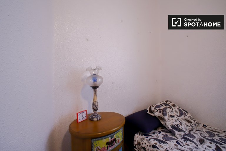 Room for rent in 3-bedroom apartment in Extramurs, Valencia