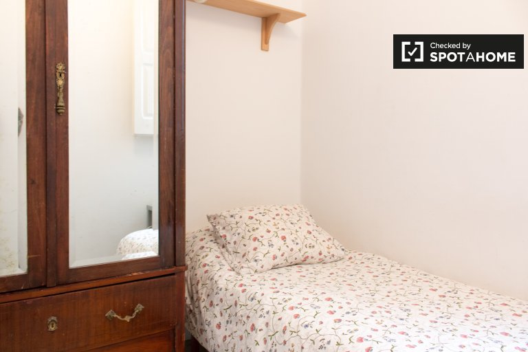 Furnished room in 3-bedroom apartment in Poble-sec