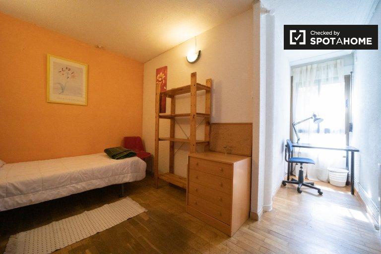Grande chambre à louer dans une maison spacieuse de 11 chambres à Madrid