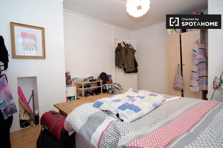 Furnished room in flat in Kensington, London