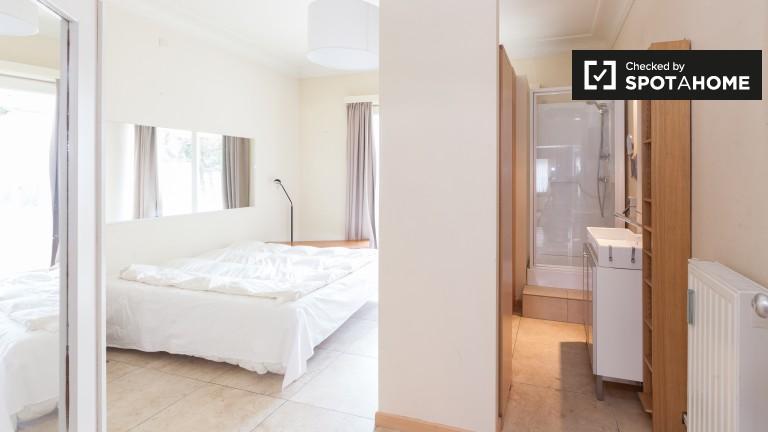 Ensolarado quarto em apartamento de 3 quartos em Ixelles, Bruxelas
