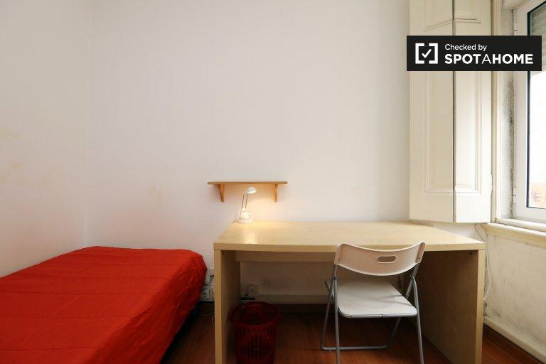 Campolide, Lisboa'da 3 yatak odalı dairede mobilyalı oda