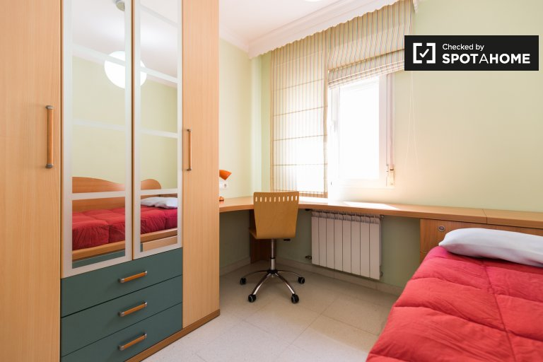 Single Bed in Rooms to rent in large 3-bedroom apartment near Granada University