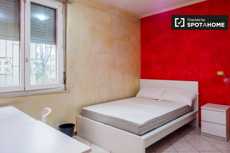Double Bed in Spacious rooms for rent in a 5-bedroom apartment in Morivione, near Universitá Bocconi