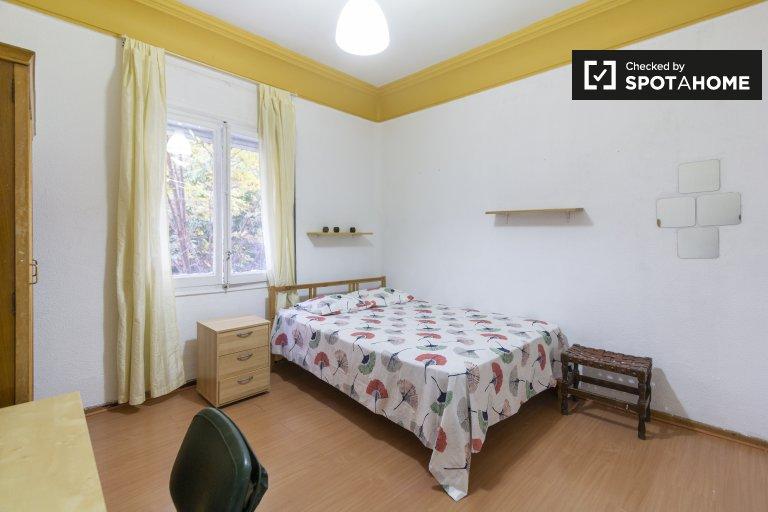 Luminous pokój we wspólnym mieszkaniu w Cuatro Caminos, Madryt