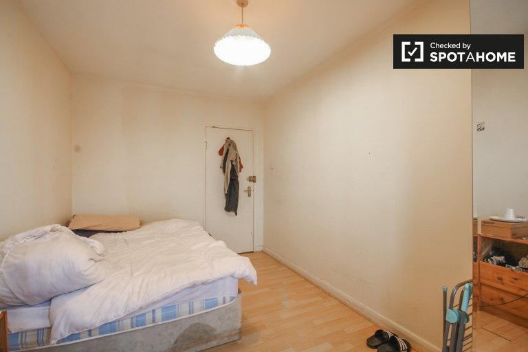 Double Bed in Rooms to rent in furnished 4-bedroom apartment in Barons Court, Travelcard Zone 2