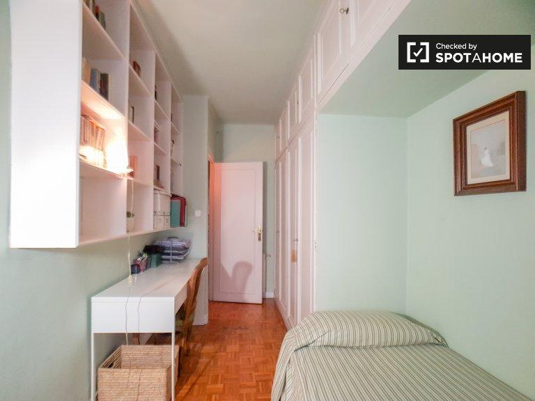 Sants, Barcelona'da 3 yatak odalı dairede oda.